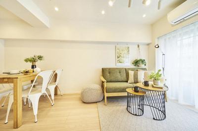 オーク系のフローリングでお手持ちの家具とも合わせやすいです。ピクチャーレールにはお好きな絵画やインテリアを飾って楽しめます。