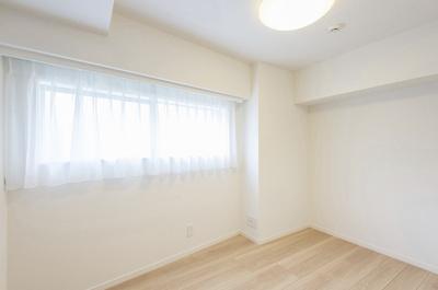 南西向きの窓がある洋室1(約4.5帖)です。明るい光が差し込みます。