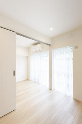 リビングとバルコニーに隣接した洋室2(約4.0帖)です。仕切りを開放し、より広々としたお部屋としてもお使いいただけます。