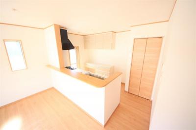 45号棟 勝手口付きの明るいキッチン 収納棚付き 食洗器付き