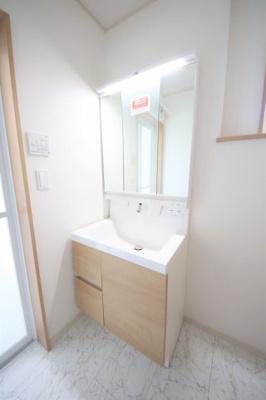 45号棟 三面鏡の洗髪洗面化粧台付き 脱衣スペース広々