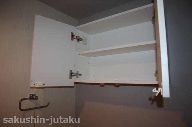 トイレ上部の収納棚