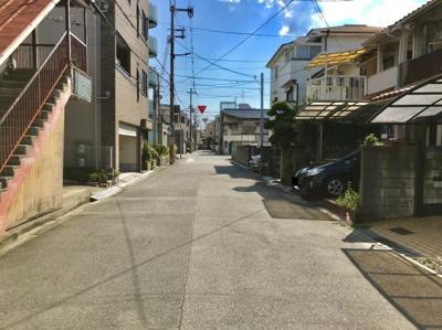 前面道路西側の写真です♪ 前面道路が広いためお車の駐車も楽々と出来ますね♪