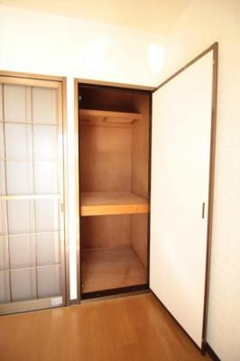 開き戸の収納スペースもあります