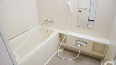 半身浴もゆっくり楽しめる広々浴室
