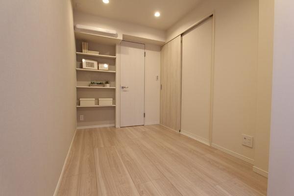 東側の洋室。可動棚の横にはWICがあります。