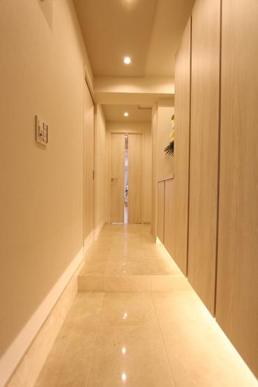 高級感漂う大理石貼りの玄関廊下。 ホワイトを基調とし、清潔感もあります。