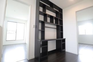 四街道市四街道 新築一戸建 四街道駅 2階ホールには造作書棚があります!
