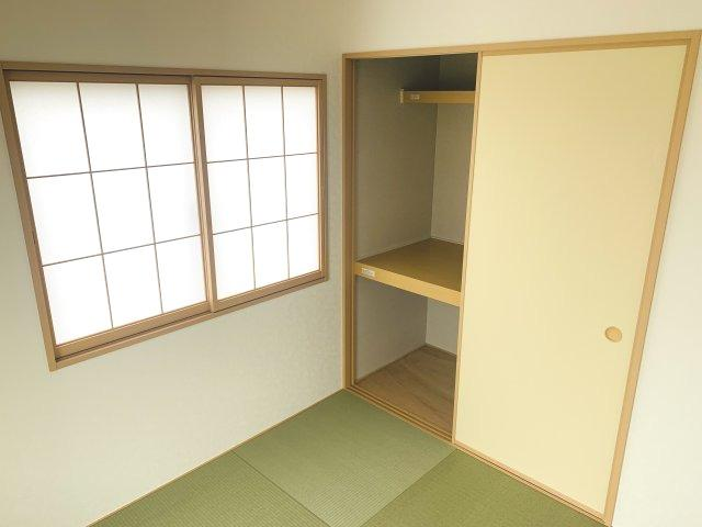【同仕様施工例】三面鏡の収納で歯ブラシ、化粧品、小物等すっきり収納できます。