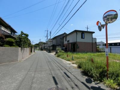 前面道路は幅員7mとゆとりがあります。東向きに撮影。