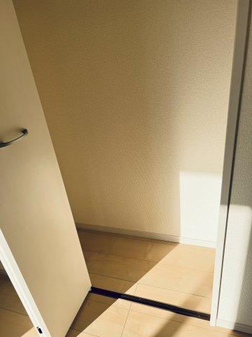 【同仕様施工例】フロアモップなどの掃除用具を収納するの便利です。使いたいときにパッと取り出せます。