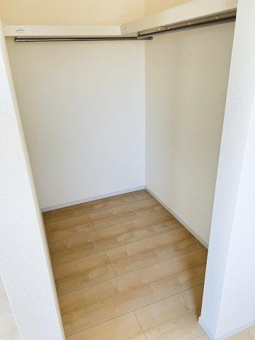 【同仕様施工例】2階 WIC 棚もありますのでバックや小物の収納もできます。