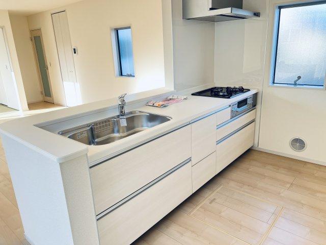 【同仕様施工例】対面式のキッチンです。お部屋全体の様子を見渡しながらお料理できます。