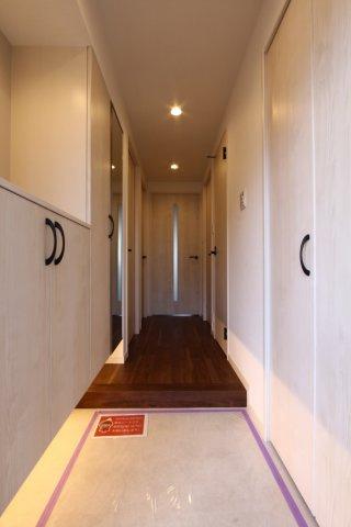 下駄箱収納と物入が左右にあり、玄関収納が充実しております◎ぜひ現地にて実際にご内見頂き、細部までご覧になって下さいね。