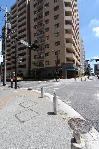 とても人気のある小田急線「本厚木」駅より徒歩5分の好立地! スーパーや銀行、郵便局など日々の暮らしにかかせない施設が徒歩圏内に揃い、暮らしやすさを実感できる物件です◎
