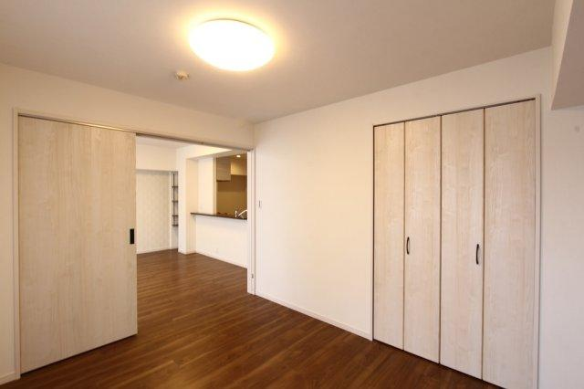 リビングに隣接する洋室6.6帖 戸を開放して広い空間としてもご利用いただけるフレキシブルな間取り◎ シャビーな風合いの建具がオシャレな内装です。
