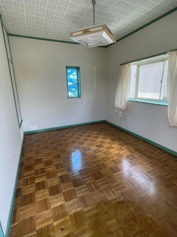 リビングスペースは約7.5畳です。東側掃き出し窓からウッドデッキスペースもございます。
