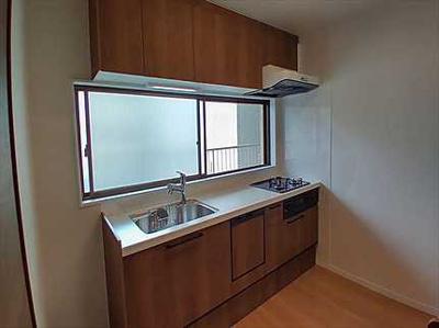 【キッチンルーム】 新規交換のシステムキッチンです。 明るさを保つ窓付きです。 浄水器一体型ハンドシャワー水栓、 一度に5人分の食器が洗える食器洗い乾燥機。 毎日の家事を快適にする設備が揃ってます。