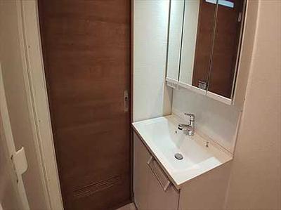 【収納力がポイント!】 衛生的な雰囲気にリフォームされたパウダールーム。 3面鏡タイプの洗面化粧台は鏡面裏やボウル下等に 収納スペースが充実しているため 整理整頓しやすいのが特徴です。