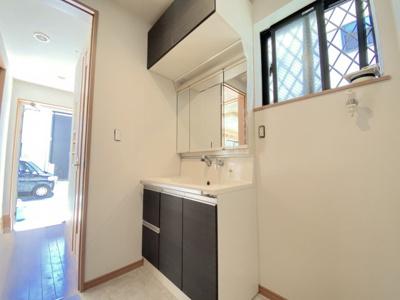 1階洗面所。帰ってきてすぐに手洗いできるのが嬉しいです!窓もありますので、換気がしやすく明るいです。三面鏡収納付きの洗面化粧台です。