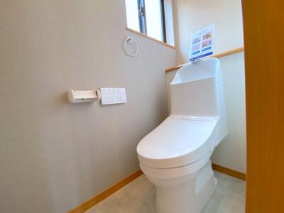 1階・2階のトイレは新規交換!ウォシュレット一体型(温水)。自動洗浄機能付きです。クロスや床面も張り替え綺麗です!