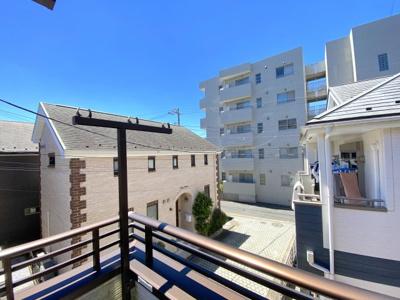 2階バルコニーより。日当たり良好で、明るく静かな環境です。
