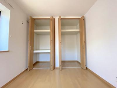 主寝室の収納は奥行きがあり広々としております。棚板が2段付く押入のような収納は布団も仕舞いやすいです。