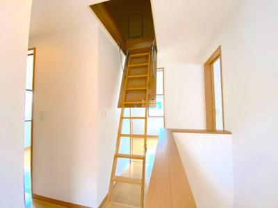 2階廊下部分の天井には小屋裏収納があります!お子様の秘密基地にも最適!