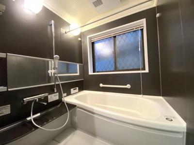 モダンな雰囲気の浴室空間。浴室乾燥機は新規リフォームで設置されてます!窓が大きく換気がしやすいです。