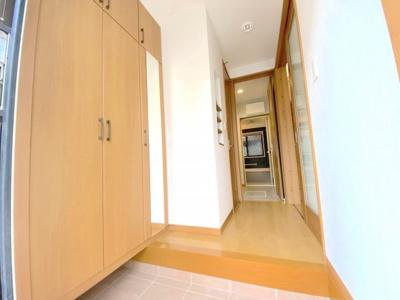 玄関収納は姿見付き。たっぷり靴が収納できるスペースがあります。廊下には小物を置ける棚もあります。