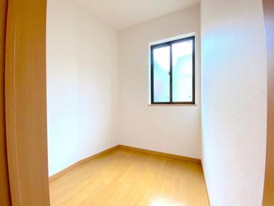 2階には3つの部屋と別に約2帖の納戸収納あり。大きな荷物入れにしても良し!テレワークルームにしても良し♪