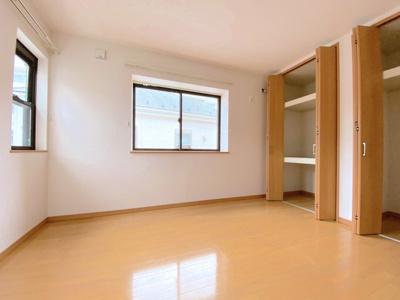 主寝室5.75帖。2面採光のため明るい室内!クローゼットが2つありますので、ご夫婦で洋服等を分けた収納が可能!