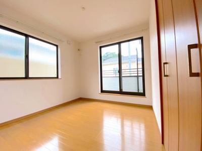 寝室4.5帖。2面採光で明るい暮らし。東側に窓がありますので、午前中から明るく日中でも照明がいらないくらいです。