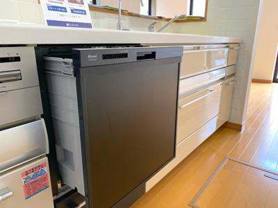 新規リフォームより新設された「ビルトイン食器洗い洗浄乾燥機」(リンナイ)約5人家族分の食器が収納できます。乾燥機能も付いていて、家事がより快適に!