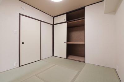 和室(4.5帖):こちらのお部屋には布団の 収納にも便利な押入収納がございます。奥行もあり天袋もあるのでたくさん収納していただけます。