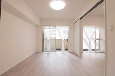 洋室(約6.0帖):北西向きバルコニーに面しており採光がたっぷり入る明るいお部屋です。