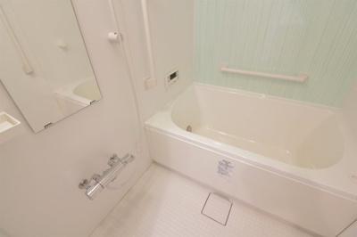 浴室には浴室乾燥機がありお天気の悪い日にも洗濯を干す事ができ便利ですね♪