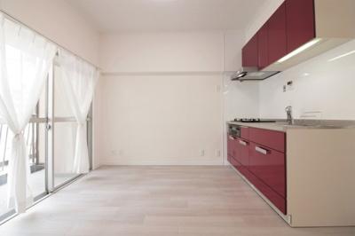 陽当たり良好で明るいキッチンスペースです。日中は電気なくお料理できますね♪