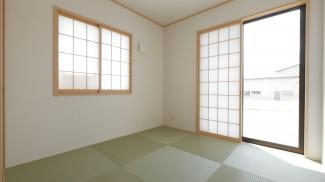 南向きの明るい5.0帖の和室です。