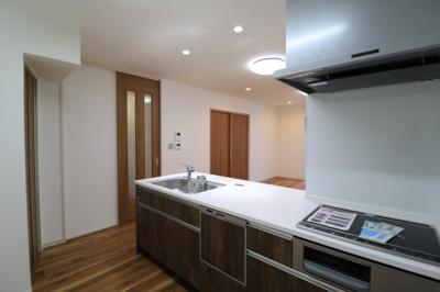 対面式キッチンは家事をしながら家族を見守り、コミュニケーションが取れるので人気です。IHクッキングヒーターなのでお手入れも簡単!食洗器が付いているので洗い物の時間を削減、家事の負担を軽減