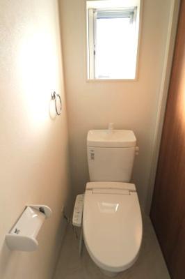 トイレは1階と2階で合計2箇所についております。朝の混雑する時間帯も安心です。
