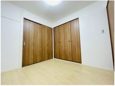 洋室約4.6帖。大きなサイズの収納がございます◎