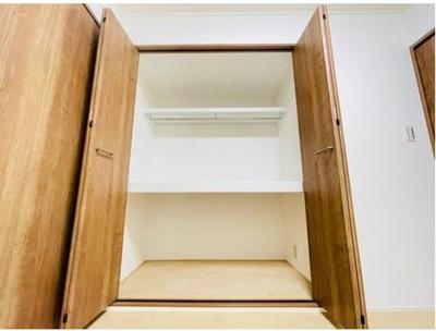 洋室約4.6帖。大きなサイズの収納内部には中段があり、お布団などの収納に便利ですね♪