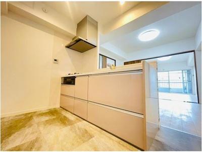 新調済みシステムキッチン。対面式となっており、室内の様子を見渡しながら、家事料理をして頂けます♪