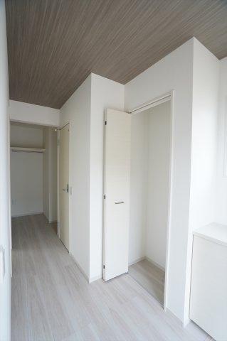 【同仕様施工例】1階ホール収納とクローゼットです。普段使いの衣類、バッグ等収納するのに便利です。
