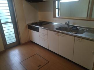 料理をしながら会話を楽しめる対面キッチン。