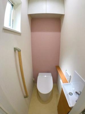 2階トイレの写真です♪ 手すりや手洗い場などがついておりますのでとても便利ですね♪