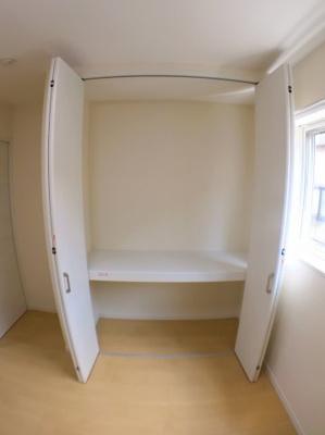 2階南側洋室の収納です♪ クローゼット横にもスペースがございますので収納スペースとして使用できますよ♪
