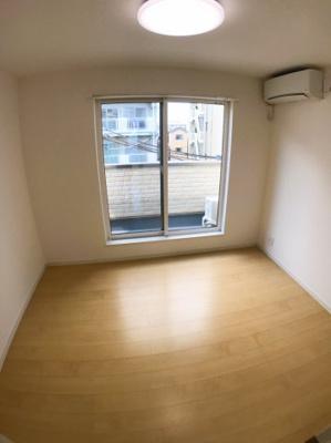 3階北側約5.5帖の洋室です♪ 2面採光ですので明るいですよ♪