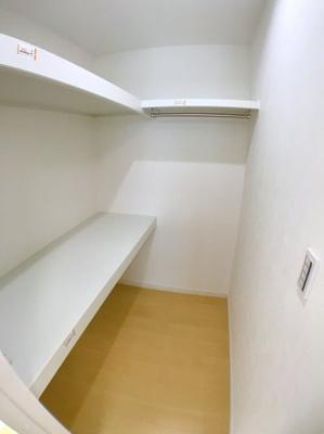 3階北側洋室のウォークインクローゼットになります♪ 居室ごとの収納も広い為収納スペースには困りませんね♪